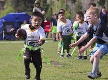 Um jogo de futebol da bandeira para 5 às crianças de 6 anos Foto de Stock
