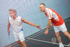 Um jogo do badminton dos dobros fotos de stock royalty free