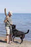 Um jogo do esforço com o cão Fotos de Stock Royalty Free