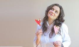 Um jovem uma senhora e dois corações Fotos de Stock Royalty Free