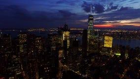 Um 4k aéreo disparou de arranha-céus de New York City NYC e de torres do centro na noite, ligts brilhantes, skyline surpreendente filme