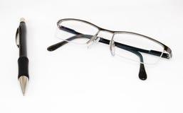 Um lápis e vidros de leitura Foto de Stock