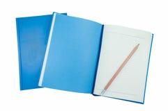 Um lápis em cadernos azuis imagens de stock