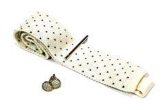 Um laço, um alfinete de gravata e um botão de punho Foto de Stock