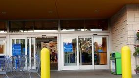 Um lado da entrada da loja de Walmart vídeos de arquivo