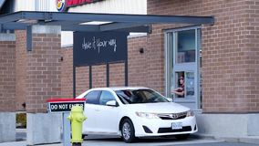 Um lado da movimentação de Burger King completamente com alimento de compra e sair do carro vídeos de arquivo