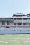 Um lado de um navio de cruzeiros ao passar perto de Veneza Fotografia de Stock Royalty Free