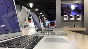 Um lado do computador de Macbook da exposição vídeos de arquivo