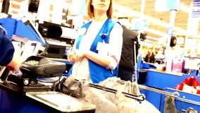Um lado do contador de verificação geral dentro da loja de Walmart vídeos de arquivo