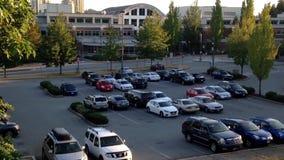 Um lado do parque de estacionamento filme