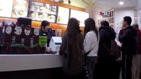 Um lado do restaurante do fast food de A&W video estoque