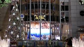 Um lado do shopping com luz de Natal foi decorado completamente da construção filme