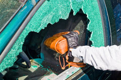Um ladrão roubou uma bolsa do carro Fotos de Stock