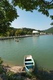 Um lago Abrau do barco, região de Krasnodar, russo sul Paisagem em um dia de verão imagem de stock royalty free