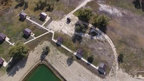 Um lago artificial para pescar Uma ponte para pescadores no lago Pesca de lago filme