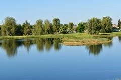 Um lago bonito apresenta o espelho como reflexões à claridade cristalina fotografia de stock