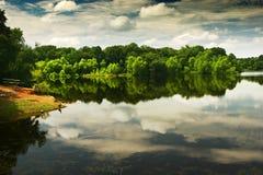 Um lago bonito e calmo imagens de stock
