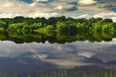 Um lago bonito e calmo Imagem de Stock Royalty Free