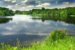 Um lago bonito e calmo fotos de stock royalty free