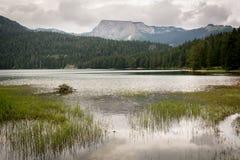 Um lago bonito nas montanhas Lago preto foto de stock royalty free