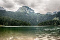 Um lago bonito nas montanhas Lago preto foto de stock