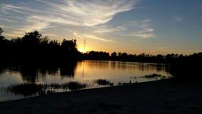 Um lago bonito nos twilghts do por do sol com dois spinnings filme