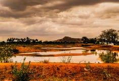 Um lago com fundo da montanha imagem de stock