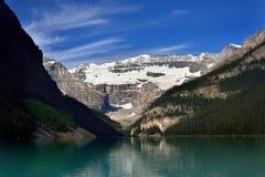 Um lago da geleira em montanhas das montanhas rochosas Fotos de Stock