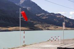Um lago da montanha nos cumes suíços Fotos de Stock