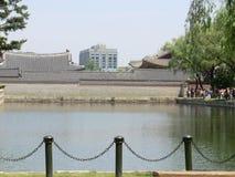 Um lago e construções em Seoul, Coreia do Sul Imagens de Stock