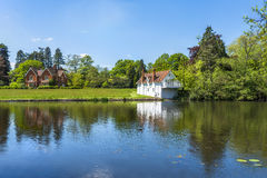 Um lago em Virginia Water Park em Surrey, Reino Unido fotografia de stock