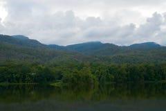Um lago, na área de montanha e tem o céu azul no fundo Fotos de Stock