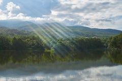 Um lago, na área de montanha e tem o céu azul no fundo Foto de Stock