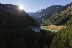 Um lago nas montanhas Fotos de Stock