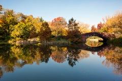 Um lago no outono em Central Park Fotografia de Stock