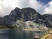 Um lago nos cumes de Áustria fotos de stock
