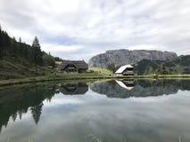 Um lago nos cumes de Áustria foto de stock