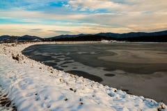 Um lago pequeno da montanha fotografia de stock