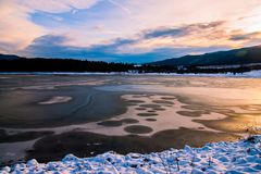 Um lago pequeno da montanha fotos de stock royalty free