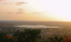 Um lago visto de Nrupatunga Betta, Hubli, Karnataka Imagem de Stock