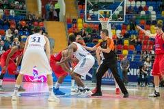 Um lançamento no início do jogo de basquetebol Foto de Stock Royalty Free