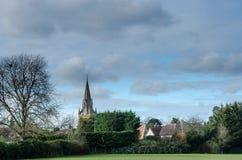 Um lapso de tempo das nuvens que fundem após um pináculo da igreja filme