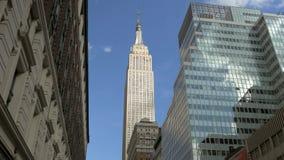 Um lapso de tempo das nuvens que movem-se sobre o Empire State Building video estoque