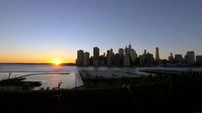 Um lapso de tempo do sol que ajusta-se sobre New York filme