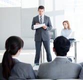 Um líder da equipa atrativo que fala a seu colega Imagem de Stock Royalty Free