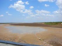 Um leito fluvial seco na época da fome no verão quente Fotografia de Stock