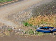 Um leito fluvial seco na época da fome no verão quente Fotografia de Stock Royalty Free