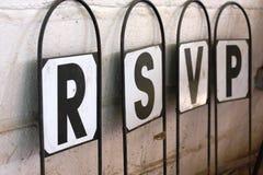 Um letreiro com as letras que soletram a dobra vous do s'il do respondez do rsvp Fotos de Stock