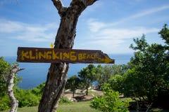 Um letreiro/sentido instalado em uma árvore para o viajante à praia de Klingking, Nusa Penida, Bali Fotos de Stock Royalty Free