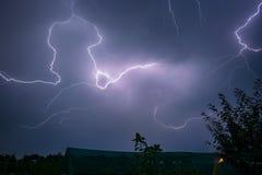 Um lightningbolt rasteja através das nuvens sobre a Transilvânia, Romênia fotografia de stock royalty free